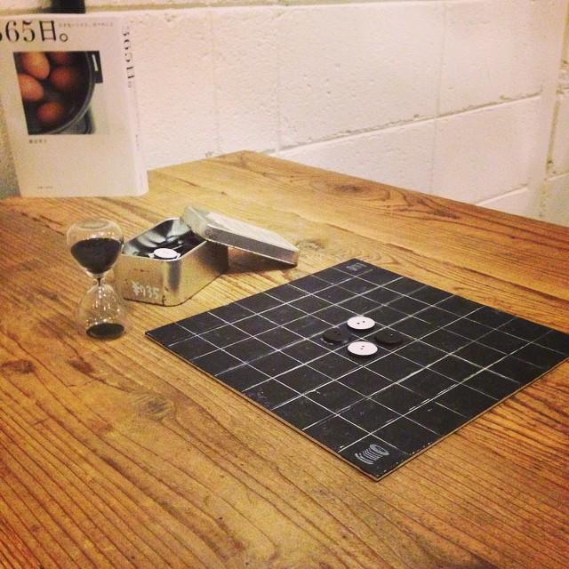 ずっと作りたかったボタンのリバーシ(オセロ)を作りました。真ん中の席辺りにあります。#ボタン#upcycle#スゥレッドカフェ