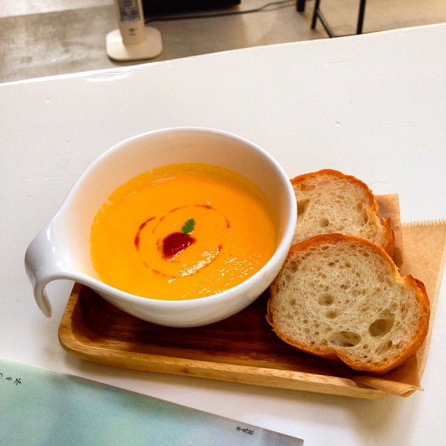 本日のスープはにんじんのポタージュです。