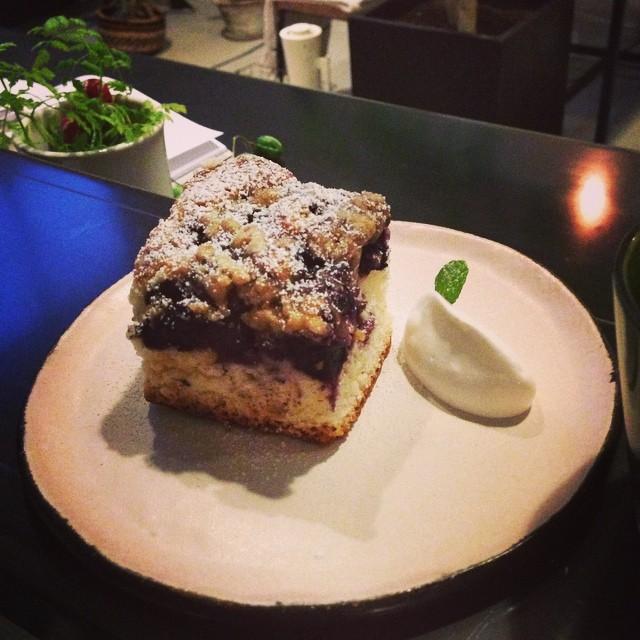 ブルーベリーバックル 400円。バックルは、ケーキ生地にベリーをのせたアメリカの焼き菓子です。#ブルーベリー#クランブル#スゥレッドカフェ