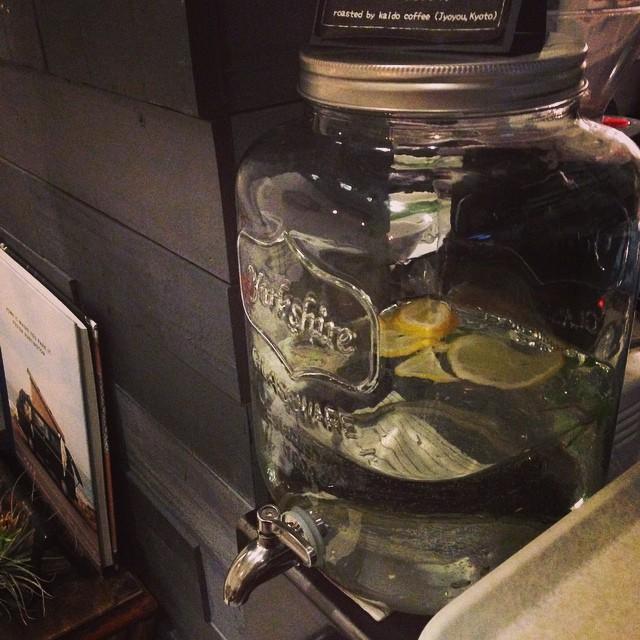 水。冬はレモンとスペアミントを入れています。明日29日(木)はお休みです。#スペアミント
