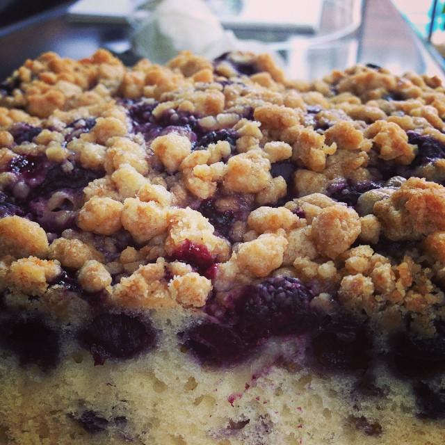 ブルーベリーバックル。バックルとはケーキ生地にベリーを混ぜて焼き上げたアメリカのお菓子です#ブルーベリー#アメリカンケーキ#スゥレッドカフェ#greenwavecoffee