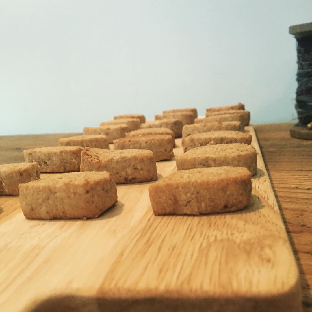 スゥレッドカフェ営業時間冬季1月〜3月9:00〜18:00(LO17:30)です。1月後半のお休み 21(木)28(木)黒糖とアーモンドのざくざくクッキーと今週のコーヒーは東ティモールです。