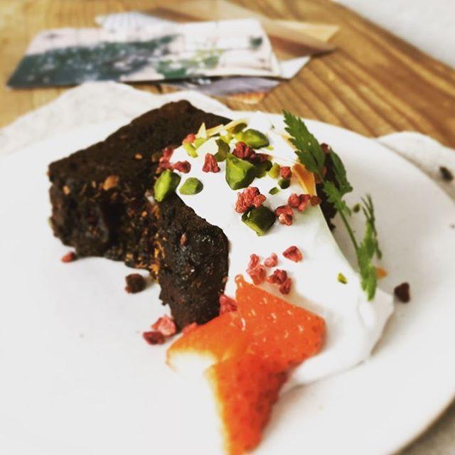 Chocolat Christmas.ショコラのクリスマスケーキ本日よりリッチなチョコと麹だけの甘酒を生地に入れ込んでモッチリしっとりの新食感。イチゴとの相性が、とても良いケーキです、是非ご賞味ください…!(アルコールは入っておりません〇)#スゥレッドカフェ #スゥレッドカフェ期間限定 #スゥレッドカフェスイーツ