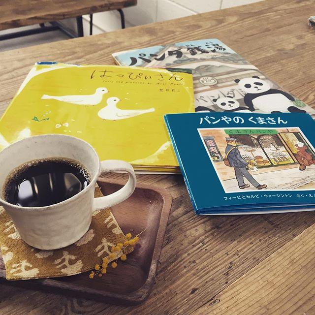 新しい本、3冊。①パンダ銭湯、パンダのヒミツ知りたい方に②はっぴいさん、意外な結末好きな方に③パン屋のくまさん、生活を見つめ直したい方に..コ-ヒ-のおともに、たまにはスマホの代わりにいかがでしょう、、#スゥレッドカフェ #ハクマイ図書