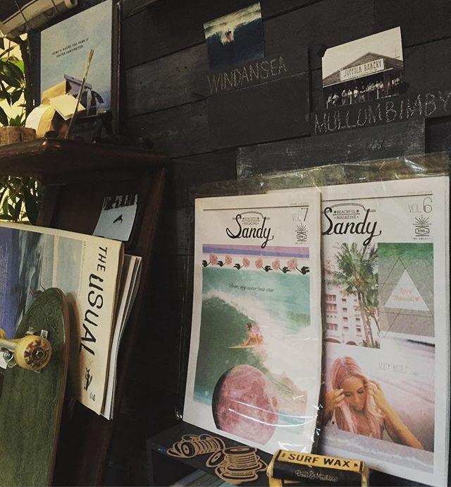 明日、1日は定休日です。ご迷惑をおかけ致します。************* まるでポスターのようなタブロイドマガジン「Sandy」を販売させて頂けることになりました!ビーチカルチャ-と綺麗な写真はたくさんのインスピレーションとワクワク感を。そして部屋に飾りたくなるそんなタブロイド紙です。是非お手にとってくだいませ◎#最新号の表紙はカシアミド-#Sandyさんありがとうございます#スゥレッドカフェ