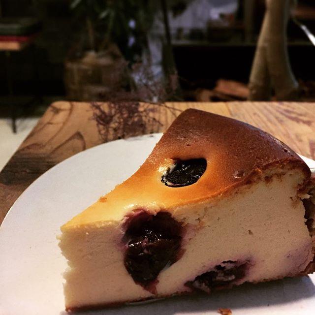 ダークチェリーのチーズケーキ程よい酸味と甘さのダークチェリーはクリームチーズとの相性がとても良いです。#スゥレッドカフェ #スゥレッドスイーツ#darkcherrycheesecake